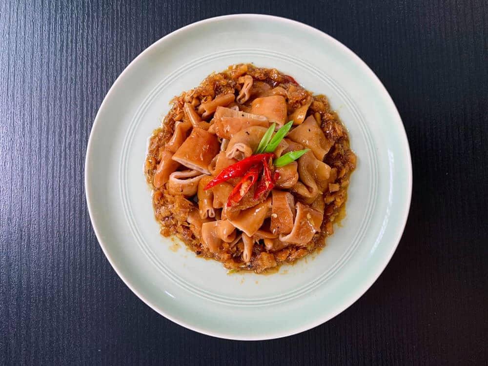 Decor đồ ăn với đĩa trắng - Ruột heo kho nước dừa (nguồn yêu bếp)
