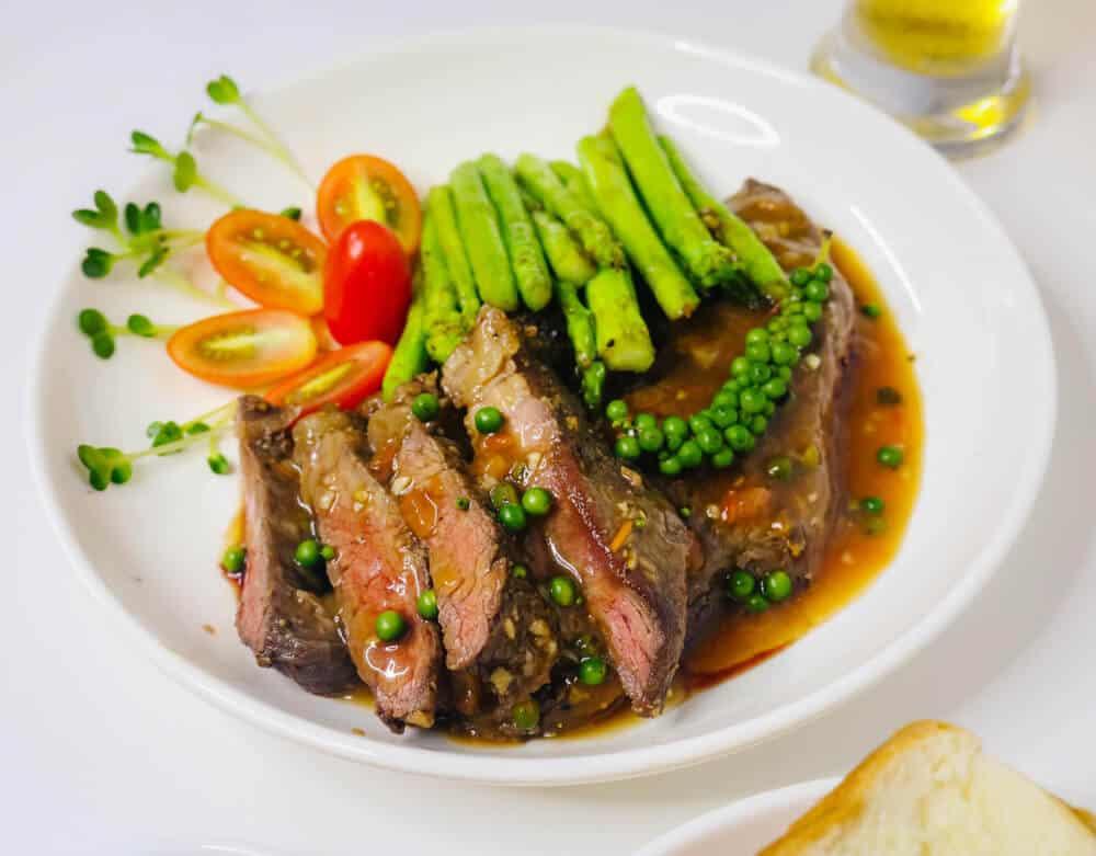 Món steak được trang trí với rau mầm và hạt tiêu tươi (Nguồn Yêu Bếp)