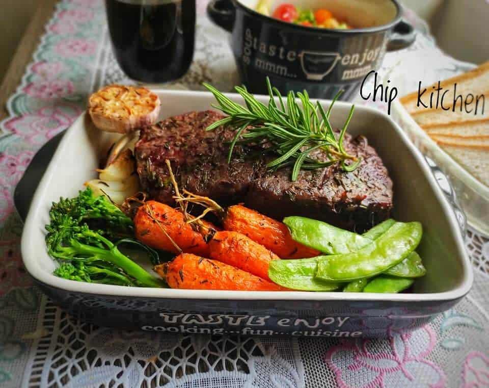 Tip decor đồ ăn dùng thố sâu lòng để bày món Steak kèm rau củ nướng (Nguồn: Nhóm Yêu Bếp facebook)