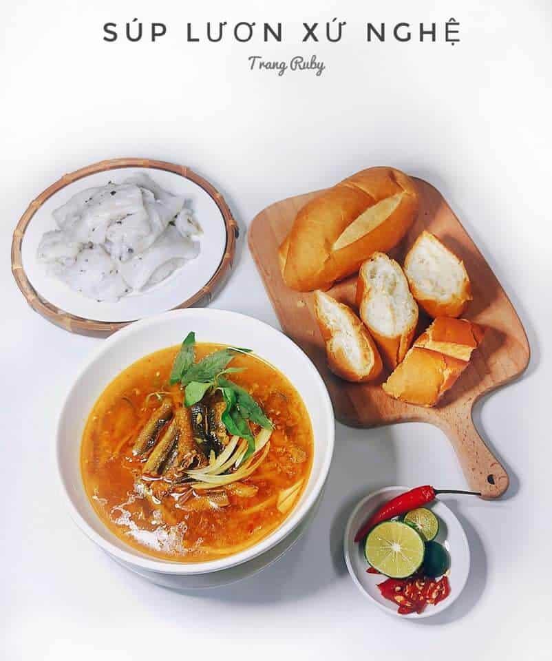 Món Súp Lươn với bánh mỳ được bày trên khay gỗ rất đẹp mắt (nguồn Nhóm Yêu Bếp Facebook)